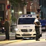 Politi på stedet i Holmbladsgade på Amager i København, hvor der har tirsdag aften 15. august har været skyderi. En person er blevet ramt af skud og kørt til behandling på hospitalet. (Foto: Mathias Øgendal/Scanpix 2017)