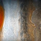 Jupiters store, røde »øje« er i fare for at forsvinde helt i løbet af få årtier, mener astronomer. Øjet, der tydeligt ses til venstre i optagelsen her fra NASAs Juno-sonde, er i virkeligheden en kæmpemæssig storm med et areal som to-tre jordkloder, og den har raset i århundreder.
