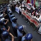 Otte personer, som er dømt for narkohandel, er blevet henrettet i Indonesien, skriver lokale medier ifølge Reuters.