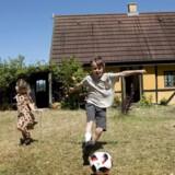 Michael og Maria Brinch, som sammen har tre børn og en kat, købte for et års tid siden en flexbolig på Lolland til 450.000 kroner. De havde været på udkig efter et sommerhus i ti år. Familien bor på Nørrebro og benytter huset hele året rundt, når de holder ferie.