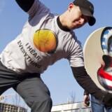 Aktivister fra Ukraines Internetparty demonstrerede foran den amerikanske ambassade i Kiev i fredags, hvor de - iført skjolde med store, amerikanske lytteører - destruerede græskar med hovedtelefoner på for at protestere mod den massive, amerikanske overvågning. Foto: Valentyn Ogirenko, Reuters/Scanpix