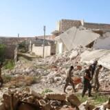 ARKIVFOTO. Medlemmer af den syriske gruppe Harakat Nour al-Din al-Zenki nær ødelagte bygnigner i Handaratnord for Aleppo, Syria.
