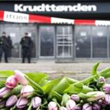 Her ligger blomster foran Krudttønden i København d. 16. februar 2015, fordi Finn Nørgaard blev skuddræbt d. 14. februar 2015.