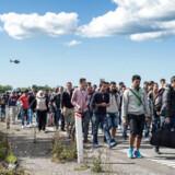 Selvom PET nedtoner risikoen for, at der i de store flygtningestrømme gemmer sig terrorister, er Dansk Folkeparti og konservative ikke trygge ved situationen.Næsten 40.000 er kommet på otte uger. BV.: Flygtninge ankommer til danmark 7. spt. 2015