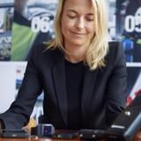Katja Millard er ansvarlig for 300 udviklere hos Motorola Solutions i Danmark, Israel, Malaysia og USA, som udformer sikkert radiokommunikationsudstyr til bl.a. »de blå blink«. Til højre en Stornophone 800 fra 1984 – nummer 100.000 producerede af slagsen. Til højre ses dagens radiotelefon, som bl.a. politifolk og beredskabsfolk bruger. Den suppleres nu med særligt sikrede smartphones (nummer to fra venstre), et ditto smartur (nummer tre fra venstre) og et kropsbåret videokamera, som kan bruges til overblik og dokumentation ved større ulykker og kriser. Foto: Jens Astrup, Scanpix