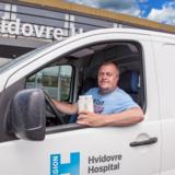 Peter Warlund er landets eneste modermælks-chauffør, som kører rundt og indsamler overskuds-mælk fra nybagte mødre.