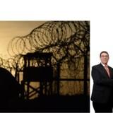 Der var feststemning, da USAs og Cubas udenrigsministre, John Kerry og Bruno Rodriguez, mandag trykkede næver i Washington (nederst på siden). Der er imidlertid fortsat diplomatiske knaster, som forhindrer et helt godt forhold landene imellem. Ikke mindst den amerikanske flådebase ved cubanske Guantanamo Bay, som amerikanerne ikke har planer om at opgive.