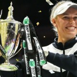 En jublende glad Caroline Wozniacki med trofæet fra sæsonfinalen i Singapore.