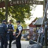 To betjente og en civil blev ramt af skud på Christania natten til torsdag. Den formoede gerningsmand er anholdt.