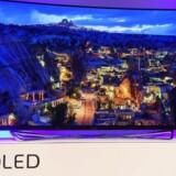 De større af de nye fladskærmsfjernsyn har stadig oftere den nye ultra-HD-opløsning (som nogle producenter kalder for 4K), så der er mange flere billedpunkter på skærmen end på et TV med fuld HD. De dyreste af dem har også den klarere og mere farveægte OLED-skærm i stedet for en LCD-skærm. Derimod er interessen blandt danskerne for buede fjernsyn fortsat stærkt begrænset. Foto: Robyn Beck, AFP/Scanpix