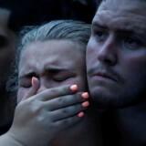 Savannah og hendes ven Ricky var blandt de lokale og pårørende, som ventede på nyt fra politiet bag afspæringerne udenfor diskuteket »Pulse« i Orlando, Florida, som natten til søndag blev ramt af den blodigste skudmassakre i USA i nyere tid. Savannah har angiveligt mistet en ven under tragedien.