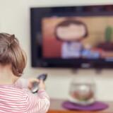 Alt for mange fjernsyn er ikke fæstnet ordentligt, og det kan være livsfarligt for børn, hvis de falder ned. Arkivfoto: Iris/Scanpix
