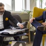 Musikken stortrives i Danmark, og kunstnernes organisation, Gramex, kan i år udbetale det hidtil største beløb til sine medlemmer. Her sætter underdirektør Thomas Maagaard Dyekjær (til venstre) en glad melodi på pladespilleren sammen med administrerende direktør John R. Kristensen. Foto: Gramex