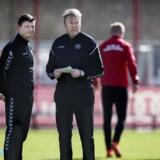 (ARKIV) Landstræner Åge Hareide og assisterende landstræner Jon Dahl Tomasson under landsholdets træning på Bayern Münchens træningsanlæg torsdag d. 23 marts 2017. Åge Hareide skiftede formation, taktik og satsede mere på rutinen i 2017. Justeringerne gav en VM-plads. Det skriver Ritzau, mandag den 25. december 2017.. (Foto: Liselotte Sabroe/Scanpix 2017)
