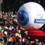 Ved det nylige karneval i Düsseldorf i Tyskland blev dette kæmpe øje rullet omkring i gaderne som en karikatur af, hvordan Facebook og Google kikker med (lidt for) mange steder. Arkivfoto: Ina Fassbender, Reuters/Scanpix