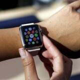 Jo, man kan faktisk også se, hvad klokken er på de nye smarture, som ellers er en lille computer med små applikationer på. Apple har med sit Apple Watch foreløbig slået alle konkurrenterne, selv om det samlede salg stadig ikke er, hvad analytikere og investorer forventede. Arkivfoto: Robert Galbraith, Reuters/Scanpix