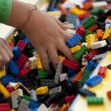 Britiske forskere advarer mod at bruge gammelt legetøj og særligt Lego-klodser. Det skriver TV2. AFP PHOTO/Jim WATSON
