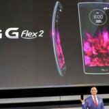 Jo, den buer sandelig, og det er også meningen. LGs nye G Flex 2, som her fremvises af Frank Lee fra LG selv, er en anelse mindre end forgængeren, nemlig på 5,5 tommer. Foto: David Becker, Getty Images/AFP/Scanpix