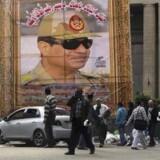 Nogle egyptere gør nar ad myndighedernes meget præcise opgørelse over antallet af ateister, 866. »Jeg tror faktisk, der er flere end 866 ateister i downtown Cairo lige nu,« siger en 24-årig egypter. Det er Egyptens forsvarschef og præsident, Abdel Fattah al-Sisi, der er på plakaten. Arkivfoto: Abdallah Dalsh