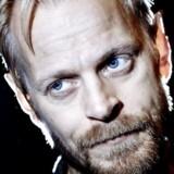 Carsten Bjørnlund, skuespiller, i øjeblikket aktuel i DRs hitserie »Arvingerne«, har svaret igen på seerkritikken om lyden i serien.