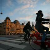 Fra 1. september bliver det ifølge et forslag fra Transport- og Bygningsministeriet lovligt for cyklister at svinge til højre trods rødt lys i en række vejkryds landet over. Cyklistforbundets direktør, Klaus Bondam, ser det som en fordel for cyklisterne og frygter ikke, at lovliggørelsen vil medføre flere ulykker. Free/Colourbox