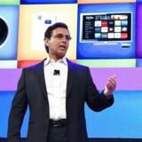 Fords topchef, Mark Fields, viser på verdens største forbrugerelektronikmesse, hvordan Fords egen software i fremtiden skal styre Fords og Toyotas underholdningssystemer. Foto: Ethan Miller, Getty Images/AFP/Scanpix
