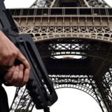 En bevæbnet fransk soldat ses foran Eiffel-tårnet i hovedstaden Paris 20. juli.