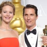 Matthew McConaughey (th) vandt en oscar for hans rolle i filmen »Dallas Buyers Club«. Til venstre ses skuespillerinden Jennifer Lawrence. AFP PHOTO / Joe KLAMAR