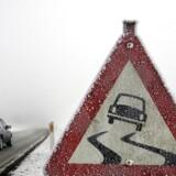Isglatte veje giver lørdag formiddag problemer for trafikken flere steder i landet.