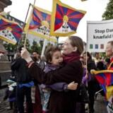 (ARKIV) Demonstration mod Kinas menneskerettighedsovertrædelser over for Tibet, Free Tibet, på Højbro Plads i København fredag d. 15. juni 2012. Udover de slettede mails hos politiet så fik Tibetkommissionen, der skulle undersøge sagen, heller aldrig adgang til mail-konti hos en ministre og embedsmænds mail-konti. Nu skal Tibetkommissionen genoptages - som den første af sin slags. (Foto: Dennis Lehmann/Ritzau Scanpix)