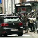 Bevæbnet politi med en mistænkt i Molenbeek 18. marts. Den belgiskfødte Salah Abdeslam, som er en af de hovedmistænkte fra angrebene i Paris i november, blev anholdt efter skududveksling med politiet i Bruxelles fredag.