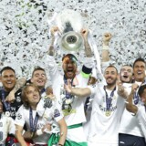 Real Madrids Sergio Ramos løfter pokalen efter at have vundet finalen i UEFA Champions league 2016.