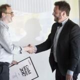 Roar Rude Trangbæk (th), pressechef i Lego, modtager diplom på vegne af Lego, der vinder 1. pladsen i årets imageanalyse. Diplomet overrækkes af opinionsredaktør Claus Skovhus.
