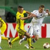 Martin Pusic i duel med en Sheriff-spiller i torsdagens Europa League-opgør i Moldova.