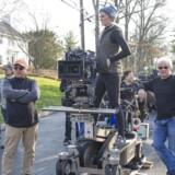 Charlotte Bruus Christensen står på toppen og er fotograferet sammen med en del af crewet under optagelserne af »A Girl on the Train« med Emily Blunt i hovedrollen.