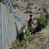 En soldat holder vagt ved den pakistanske grænse i Angoor Adda-provinsen. / AFP PHOTO / AAMIR QURESHI