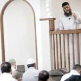 Abu Bilal er imam ved moskéen på Grimhøjvej i Aarhus, og han blevet voldsomt kritiseret for udtalelser, han er kommet med, mens der er blevet filmet med skjult kamera til TV 2-dokumentaren »Moskeerne bag sløret«.
