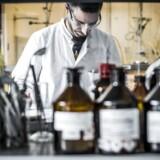 Forsker Paulo Vital fra Portugal udøver kemiske forsøg og arbejder med molekyler i det helt tidligere stadier hos Lundbeck i Valby.