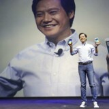 Xiaomis topchef, Lei Jun, med de nye Mi Note-telefoner, som går i kødet på Apples iPhone 6. Foto: Jason Lee, Reuters/Scanpix