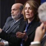 Googles kommende koncernfinansdirektør Ruth Porat (i midten), som her ses sammen med den tidligere amerikanske nationalbankdirektør Ben Bernanke (til venstre), skifter til en højere løn. Arkivfoto: Chip Somodevilla, Getty Images/AFP/Scanpix