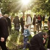 Mindehøjtidelighed efter skændingen af gravsteder på Korsløkke Kirkegård i Odense. Til Berlingske.