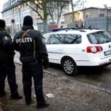 Politibetjente vogter uden for den jødiske Carolineskole.