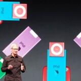 Apples iPod-musikafspiller, som her præsenteres i nyere udgaver af Apple-topchef Tim Cook i september 2012, blokerede tidligere mod, at man kunne høre musik, som var købt i andre end Apples egen netbutik. Arkivfoto: Glenn Chapman, AFP/Scanpix