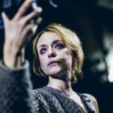 Publikum kommer helt tæt på Medea (Livia Millhagen), der køligt dokumenterer sin egen smerte. Foto: Rumle Skafte.
