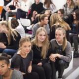 De fem piger i forgrunden er de eneste ud af 24 elever i 2. K fra Øregård Gymnasium, der positivt ved, at de har oprettet en digital postkasse. Foto: Simon Skipper