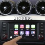 Apple arbejder åbent på at få pladsen som styrepult i de nye biler med sit CarPlay-system, men samtidig arbejder den amerikanske IT-gigant i det skjulte på at udvikle sin egen, selvkørende bil, som skal være klar i 2020. Arkivfoto: Robert Galbraith, Reuters/Scanpix
