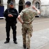 »Militært mandskab er indkaldt for at beskytte vigtig infrastruktur, hvilket giver mulighed for, at bevæbnede politifolk kan patruljere,« siger Rowley ifølge netavisen Times and Star.