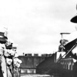 Karl Dönitz hilser på en ubådskaptajn. September 1939.