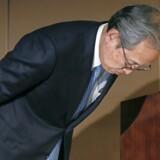 Undskyld! Topchef Satoshi Tsunakawa beklagede på et pressemøde tidligere på måneden på traditionel japansk vis, at det går så elendigt med kæmpekoncernen Toshiba. Foto: Kimimasa Mayama