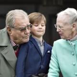 Dronning Margrethe i samtale med prins Henrik og med prins Vincent imellem sig og Prinsen. Arkivfoto: Henning Bagger/Scanpix